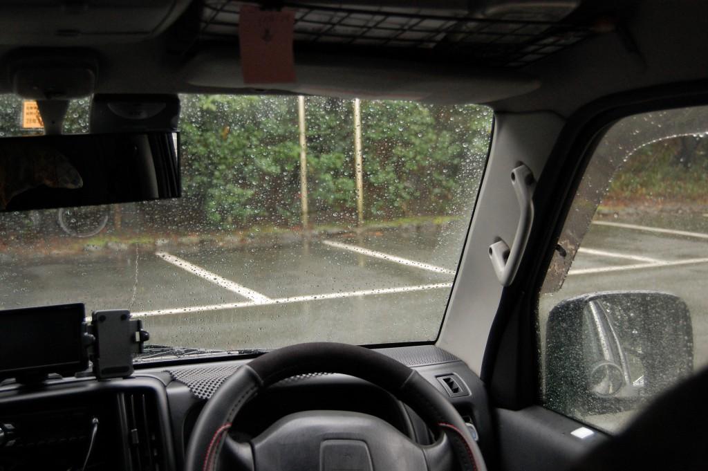 雨の駐車場にて